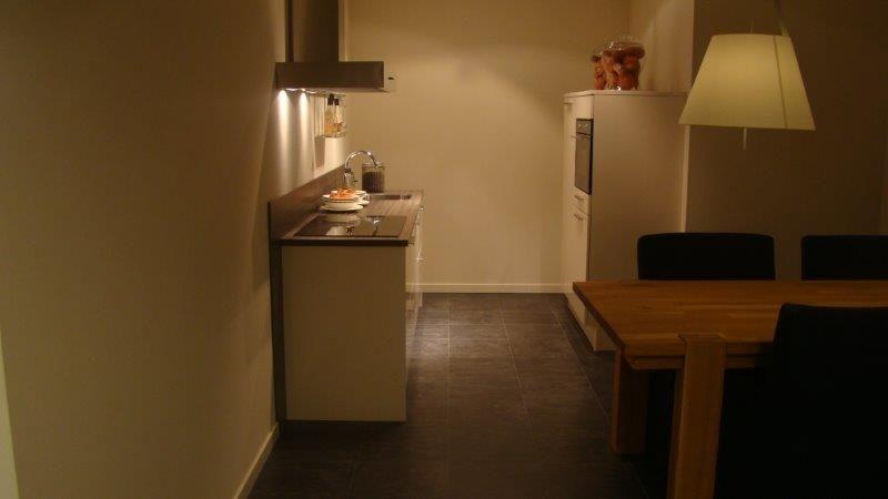 Keukenprijs altijd de beste keukenprijs compacte hoogglanzende keuken in magnolia 52418 - Werkblad gelamineerd compact ...